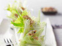 Apfel-Sellerie-Salat mit Nüssen