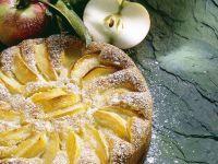 Calvados-Apfelkuchen mit Puderzucker