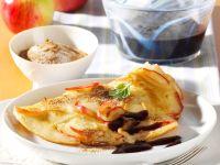 Apfelpfannkuchen mit Fliederbeersauce Rezept