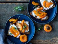 Aprikosen-Brote mit Ziegenfrischkäse Rezept