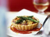 Artischocken-Tartelett mit Spargel und Tomatensoße