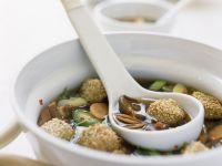 Asiatische Gemüsesuppe mit Fischklößchen Rezept