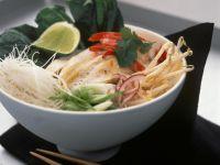 Asiatische Nudelsuppe mit Hähnchen und Sprossen Rezept