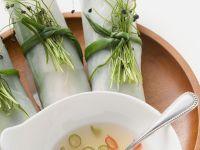Asiatische Reispapierrollen mit Chilidip Rezept