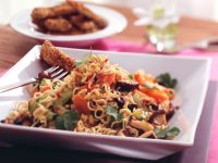 Asiatischer Nudel-Gemüse-Salat mit knusprigen Schnitzelstreifen Rezept