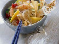 Asiatischer Nudelsalat mit Früchten und Garnelen