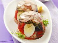 Aspik mit Wachtelei, Schinken, Oliven und Paprika