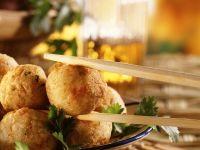 Ausgebackene Süßkartoffel-Fisch-Bällchen