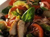 Avocado-Hähnchen-Salat mit Zwiebeln und Oliven Rezept