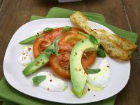 Avocado-Tomaten-Salat mit Joghurtsoße und geröstetem Brot Rezept