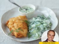 Knusprig-knackig: Backfisch mit Gurkensalat