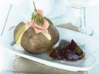 Backkartoffeln mit saurer Sahne, Lachs und Roter Bete Rezept