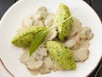 Bärlauch-Mais-Nockerl mit Sahne-Pilzen Rezept