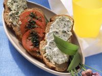 Bärlauch-Quark und Tomaten auf Brotschreiben