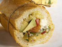 Baguettebrötchen mit Avocado, Schafskäse, Oliven und Paprika Rezept
