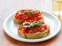 Baguettescheiben mit Tomaten und Basilikum Rezept