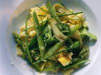 Bandnudeln mit Spargel und Brokkoli