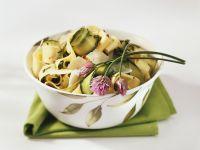 Bandnudeln mit Zucchini, Schnittlauch und rosa Pfeffer Rezept