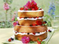Beeren-Biskuit-Torte mit Blüten Rezept