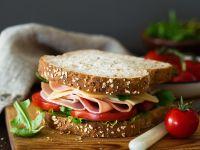Belegtes Sandwich mit Käse, Schinken, Tomaten und Salat Rezept