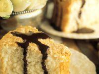 Biskuitkuchen mit Schokosauce Rezept