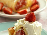 Biskuitrolle mit Erdbeer-Sahne-Füllung Rezept
