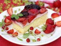 Biskuittkuchen mit Quarkcreme und Beeren Rezept
