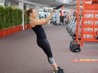 Oberkörpertraining: Bizepscurls mit dem Sling-Trainer