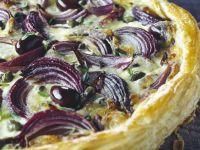 Blätterteigkuchen mit Oliven und Zwiebeln