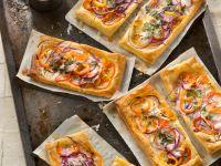 Blätterteigschnitten und Paprika und Rotkohl Rezept