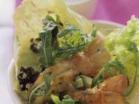 Blattsalat mit Avocado und Scampi