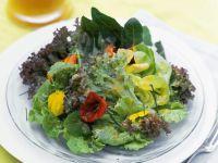 Blattsalat mit Essblüten und fruchtigem Dressing Rezept