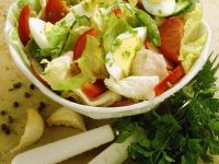 Blattsalat mit Gemüse und Ei Rezept