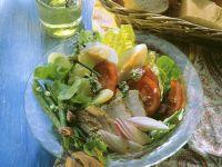 Blattsalat mit Gemüse und Hähnchen