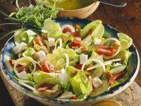 Blattsalat mit Gemüse und Käse