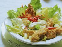 Blattsalat mit knusprigen Hähnchenstreifen Rezept