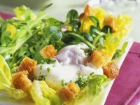 Blattsalat mit pochiertem Ei und Croutons