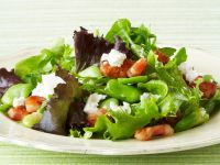 Blattsalat mit Saubohnen, Pancetta und Schafskäse Rezept