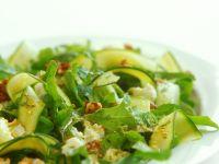 Blattsalat mit Zucchini und Käse Rezept