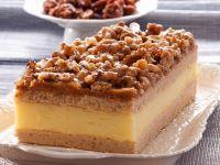 Blechkuchen-Schnitten mit Vanillecreme und Walnüssen