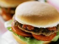 Blitzhamburger mit Ketchup, Tomaten und Salatblatt Rezept