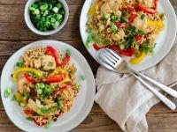 Blitzreispfanne mit Paprika, Hähnchenstreifen und Frühlingszwiebeln Rezept