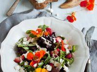 Blütensalat mit Beeren Rezept