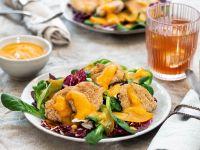Blumenkohl-Nuggets auf festlichem Salat mit Kaki-Dressing