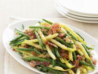 Bohnen grün und gelb mit Knoblauch-Speck-Bröseln Rezept