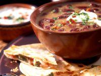 Bohnensuppe mit Sauerrahm und Käse-Tortillas Rezept