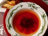Bouillon mit Roter Bete und Blätterteig-Piroggen Rezept