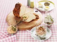 Brioche mit verschiedenen Aufstrichen (Gurkencreme, Lachsmousse, Schinkencreme)