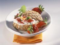 Brötchen mit Sanddorn-Quark und Erdbeeren Rezept