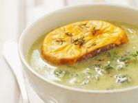 Brokkolicremesuppe mit knusprigem Käsebrot Rezept